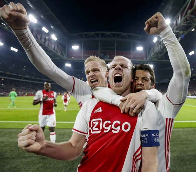 Para pemain Ajax Sangat Bahagia setelah kemenangan penting atas Tottenham
